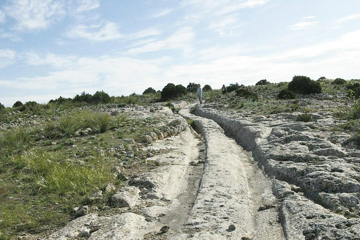 西班牙卡斯提亞拉曼查(Castellar de Meca)發現的石化車轍。(Courtesy of Dr. Alexander Koltypin)