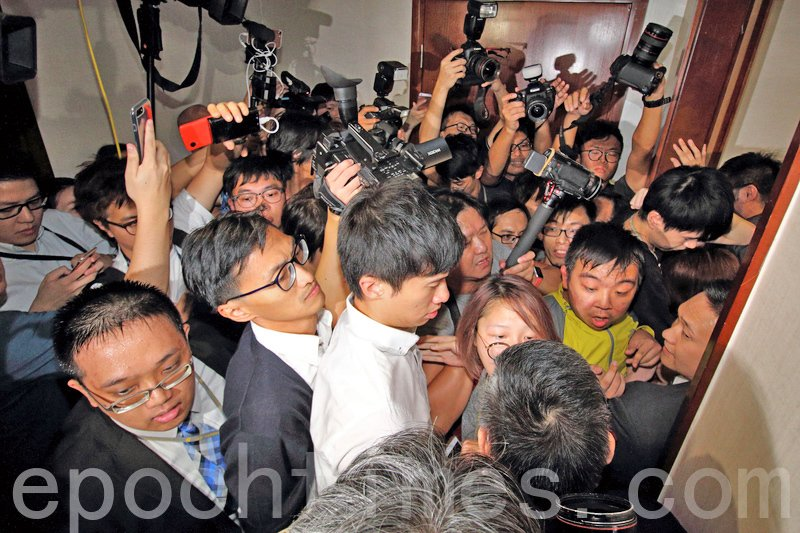 立法大會昨日中午12時許改在會議室1繼續舉行,梁頌恒與游蕙禎聯同數名助理試圖衝擊。(蔡雯文/大紀元)