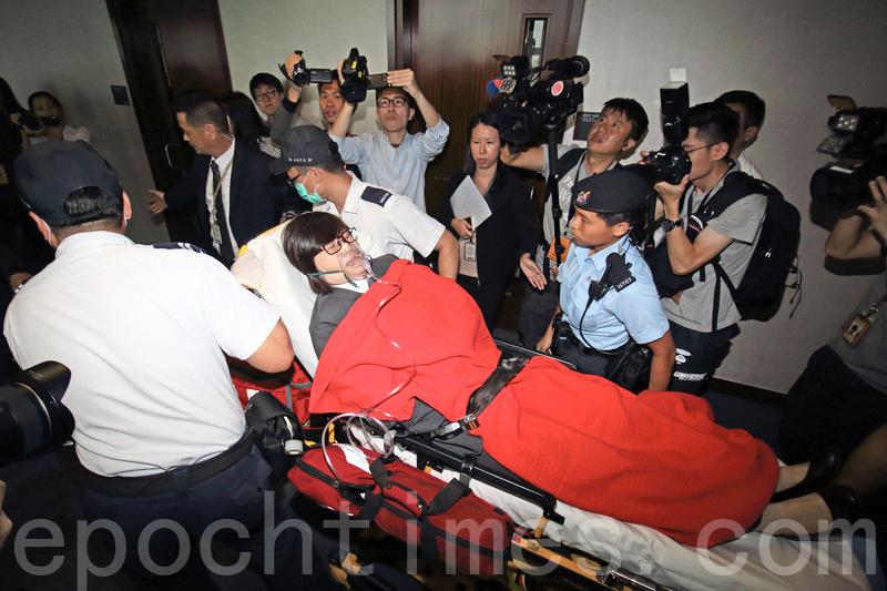 混亂中6名保安人員不適送院。(蔡雯文/大紀元)