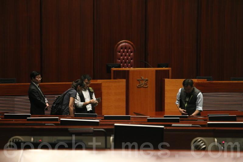 下午有重案組人員到會議室及會議廳搜證。(藍小鳳/大紀元)