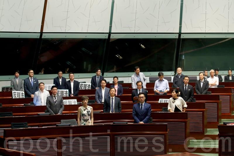 梁繼昌及尹兆堅昨日提交呈請書,要求就UGL事件成立專責委員會,在28名非建建制議員站立支持下獲通過。(蔡雯文/大紀元)