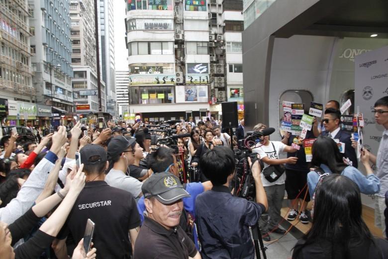 郭富城出席活動,吸引大批途人圍觀影相。(網絡圖片)