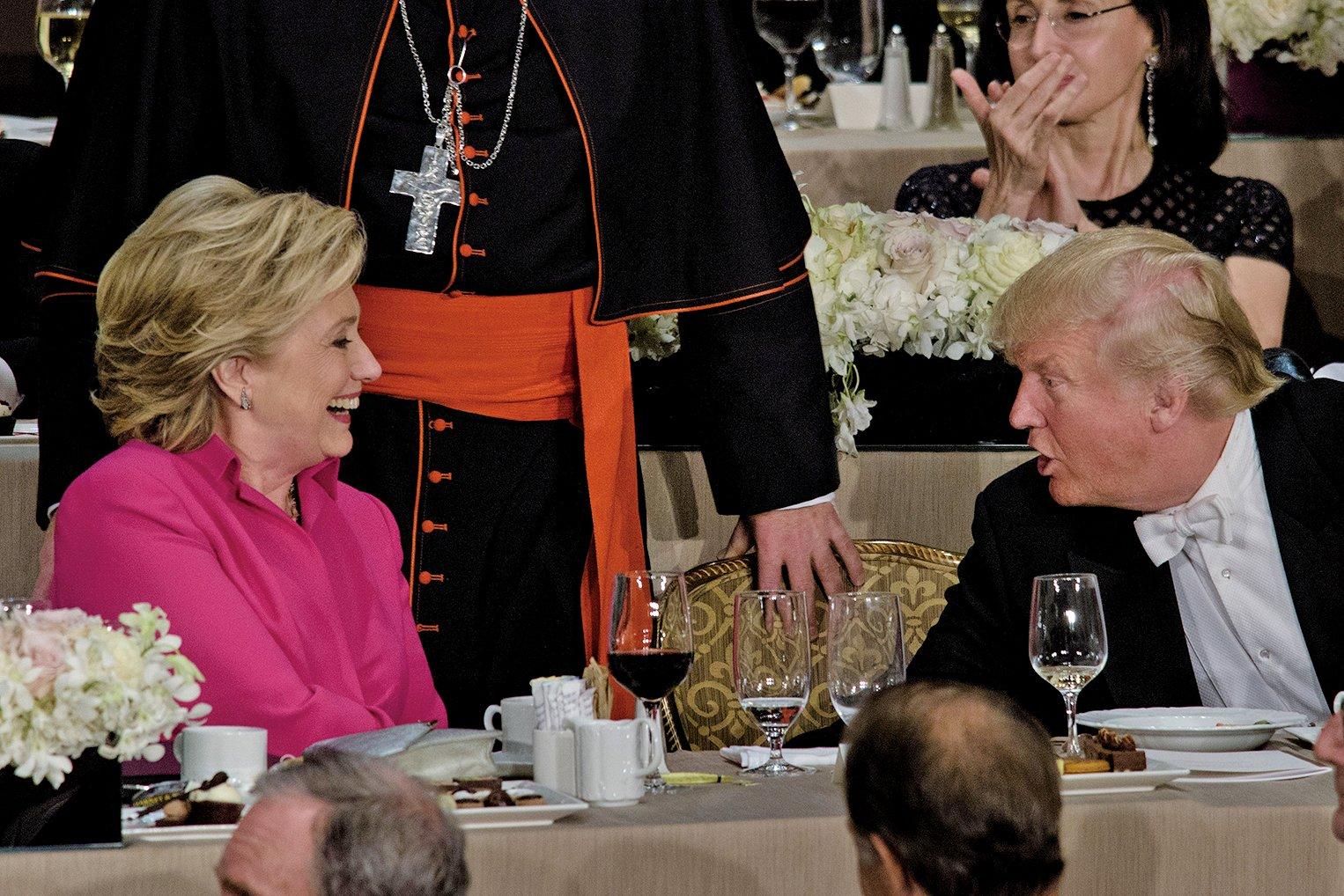 民調顯示,美總統候選人特朗普(右)支持率超希拉莉(左)1%。圖為10月20日,希拉莉和特朗普出席一場晚宴。(AFP/Getty Images)