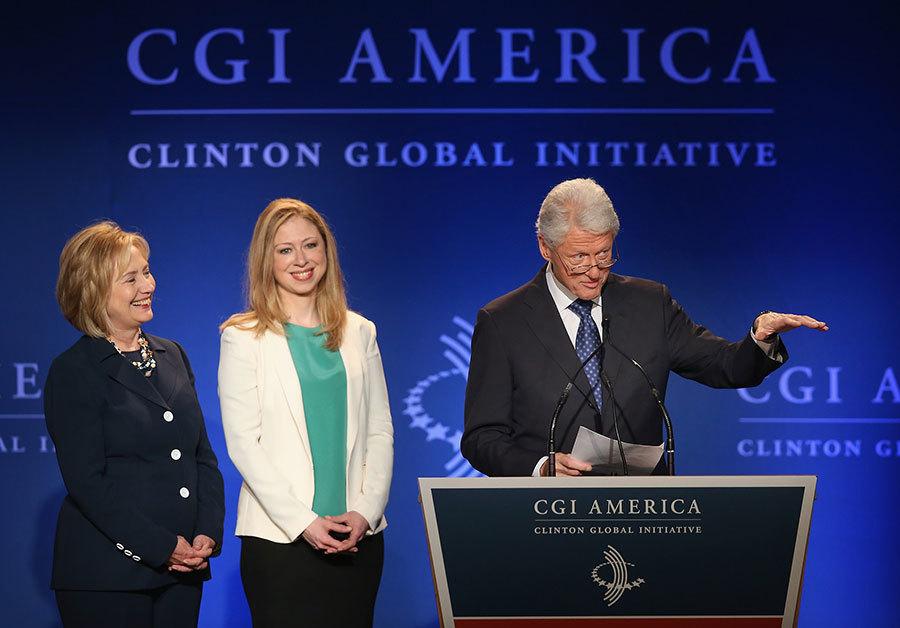 圖為克林頓、希拉莉與切爾西出席一項克林頓全球倡議活動時發表演說。(Scott Olson/Getty Images)