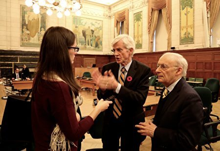 著名人權律師大衛•麥塔斯(David Matas)(右)、前亞太司司長大衛•喬高(David Kilgour)(中)在聽證會後接受外媒記者採訪。(任僑生/大紀元)