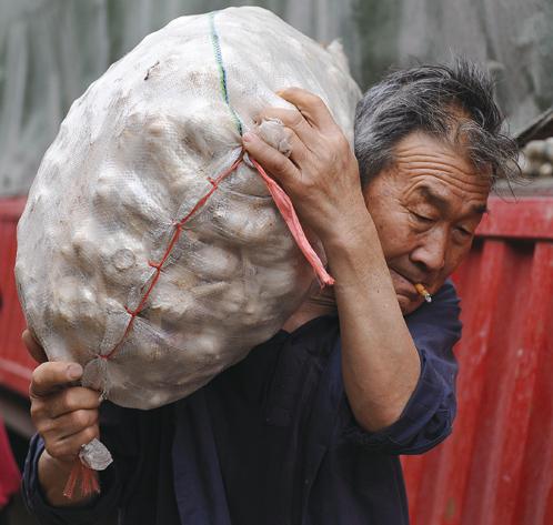 大陸物價漲不停居民吃不消。在過去一年,大蒜價格也幾乎翻番,達到歷史最高水平。(Getty Images)