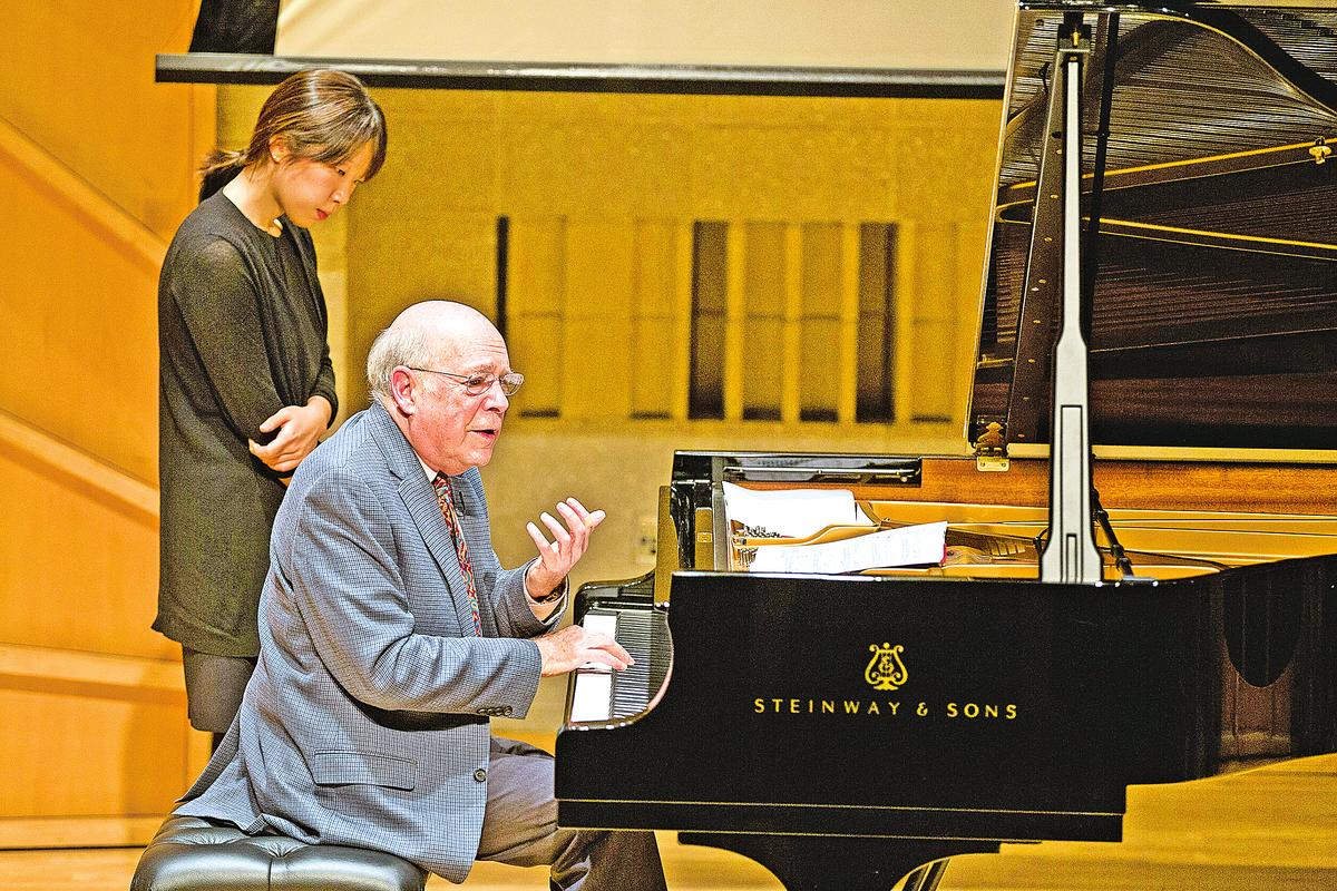 音樂大師維克多‧羅森鮑姆(Victor Rosenbaum)先生(右)在教授學生鋼琴技巧。(戴兵/大紀元)