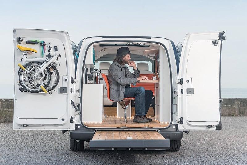 車內配備辦公桌、網絡等設備,讓工作型態適合「居無定所」的人。(網絡圖片)