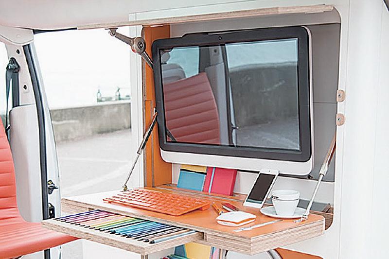 車內配備了電腦、辦公桌椅、雜物櫃,還有無線網絡、藍牙音響、智能手機的無線充電器、迷你雪櫃、咖啡機、手機控制的燈光系統等配備。(網絡圖片)