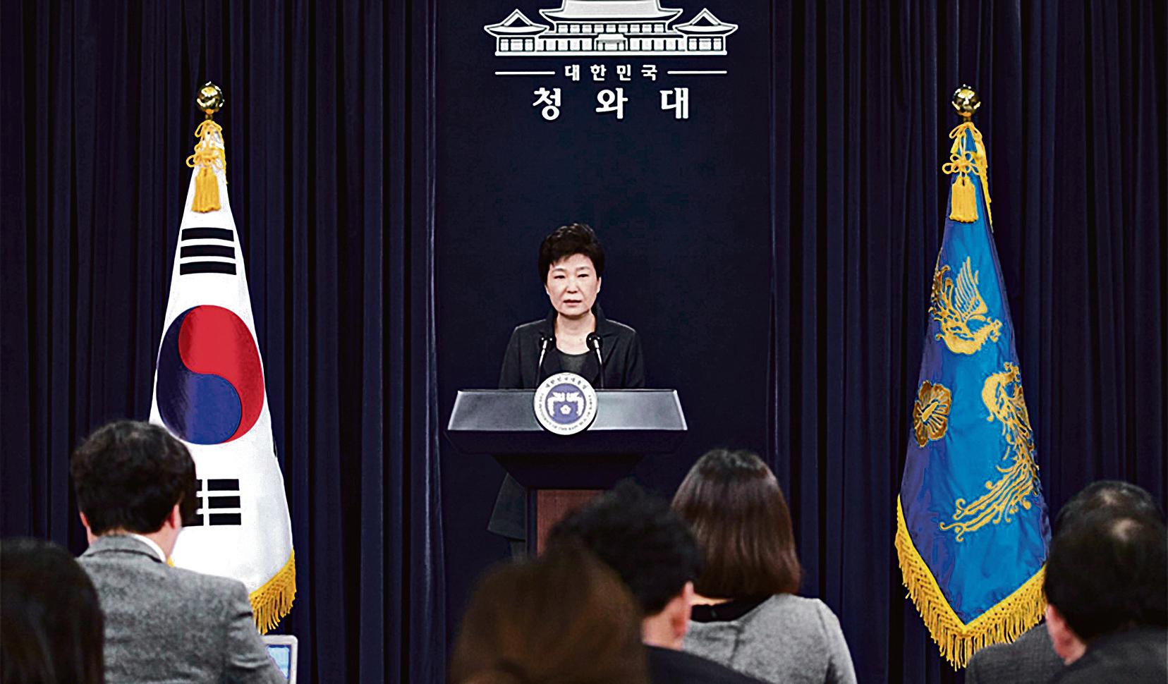 深陷「閨蜜干政」風暴的南韓總統朴槿惠,再被檢方調查是否逼捐。圖為朴槿惠於4日發表講話,稱必要時願接受檢方甚至特檢的調查。(南韓青瓦台提供)