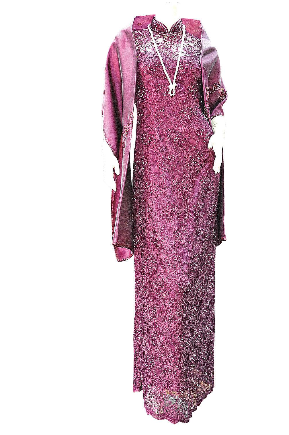 這款旗袍,貴在布料上的施華洛世奇小水晶顆粒。