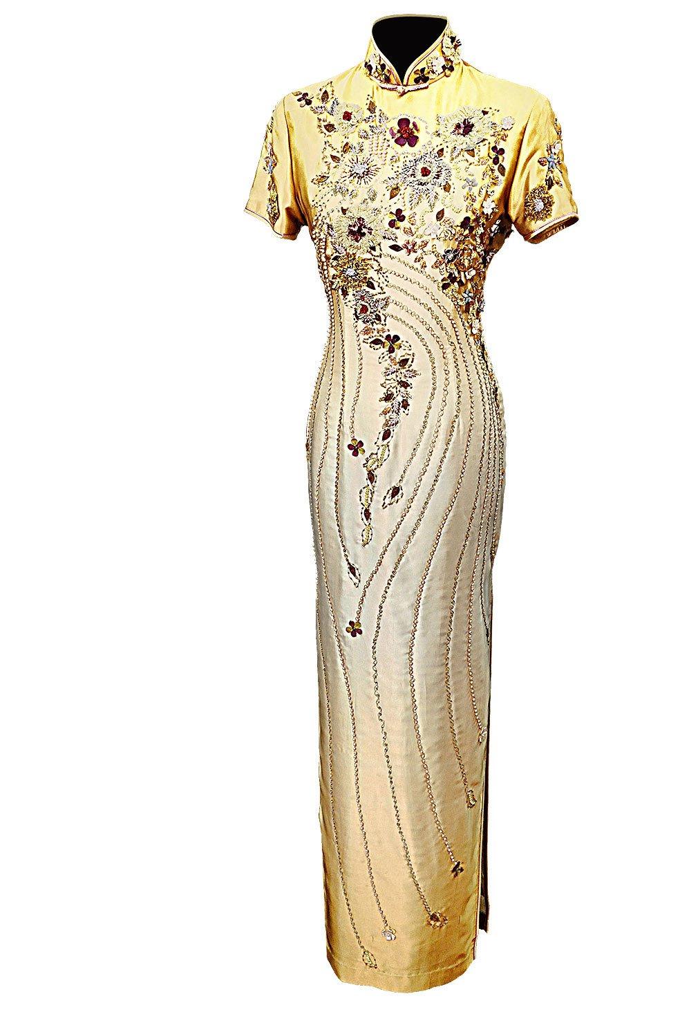旗袍上的釘珠和圖案,可以在視覺上產生修身的效果。