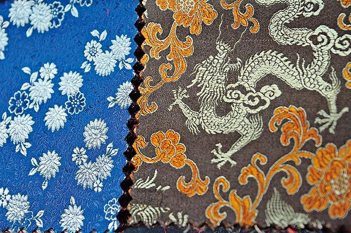 傳統旗袍通常選用織錦做布料。