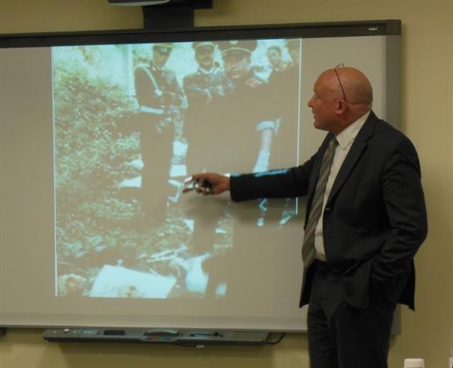伊森‧葛特曼披露中共軍方、警方出現在行刑現場的圖片。(李辰/大紀元)