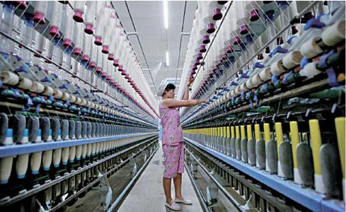 每次美元走強,新興市場都難免受傷。圖為中國安徽的一家紡織廠。(Getty Images)