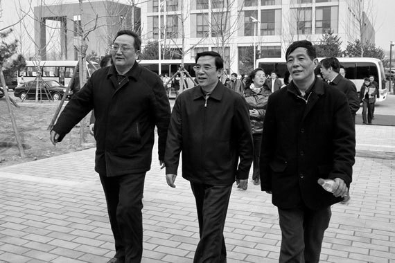 近日,有消息稱,矮個的王安順「有望」接任郭金龍出任北京市長。此前在王安順或升任市長的消息傳出後,北京政壇也議論紛紛,各方有很大的反對聲音。中間者為王安順。(網絡圖片)
