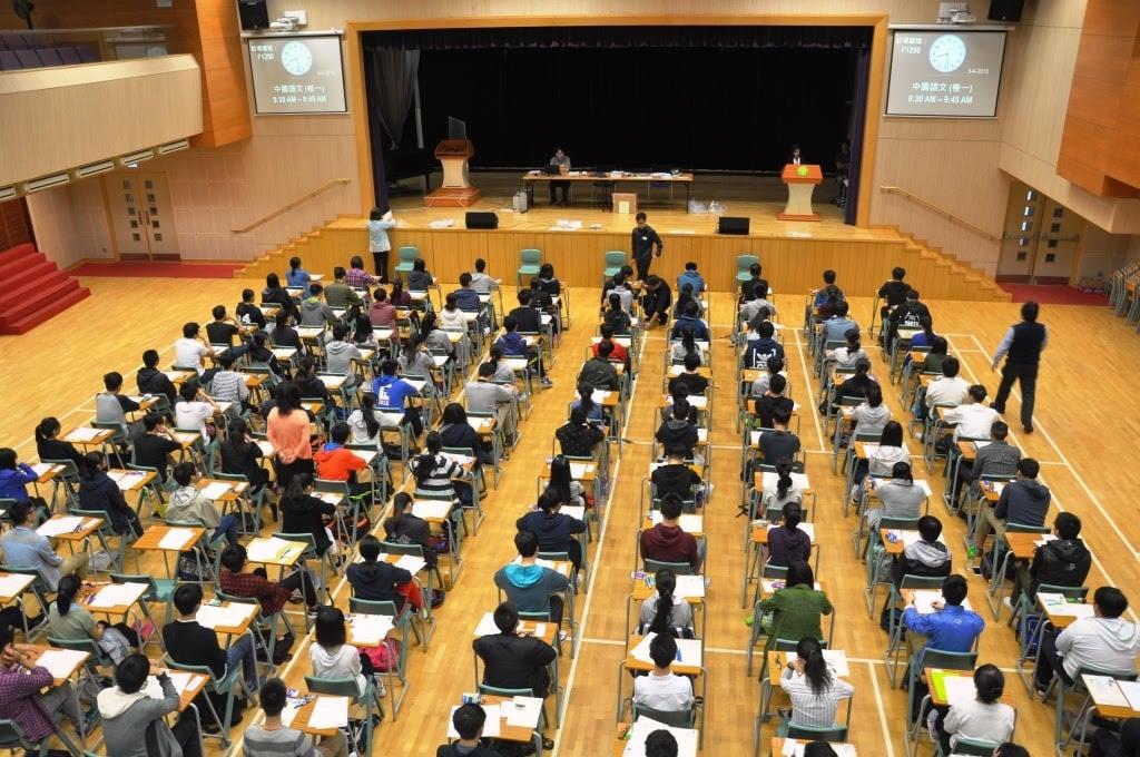 考評局昨日出版2016年中學文憑試各科試題專輯,指中文科考生除了跟以往一樣錯字氾濫外,也有部份考生常識薄弱。不少考生在口試及寫作能力卷表現「公式化」,難取高分。圖為2016年考生中文科卷一考試情況。(考評局提供)