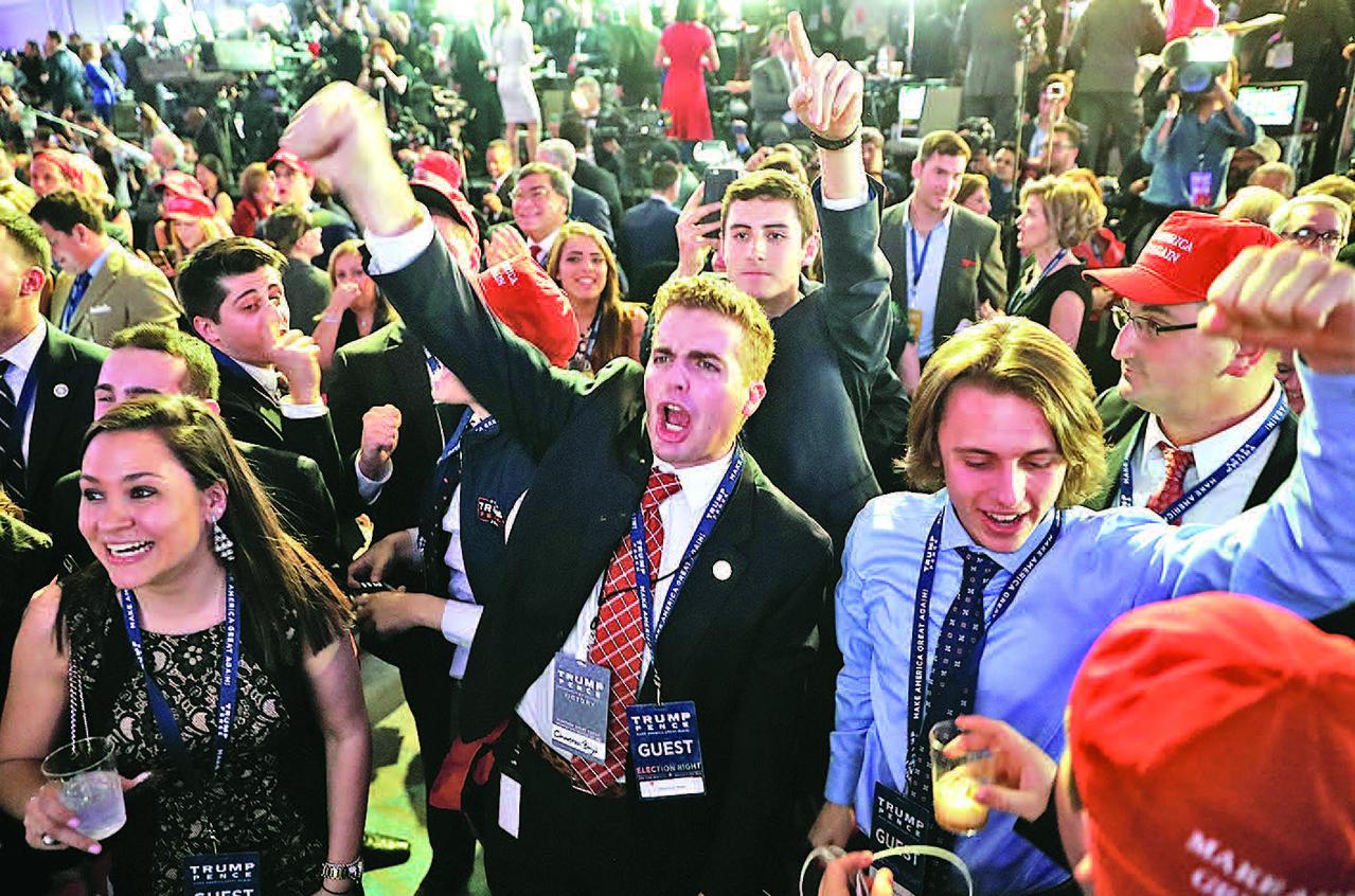 在結果顯示特朗普已經極為接近贏得白宮的情況下,特朗普的支持者在特朗普紐約大選夜的集會上大聲歡呼。(Getty Images)