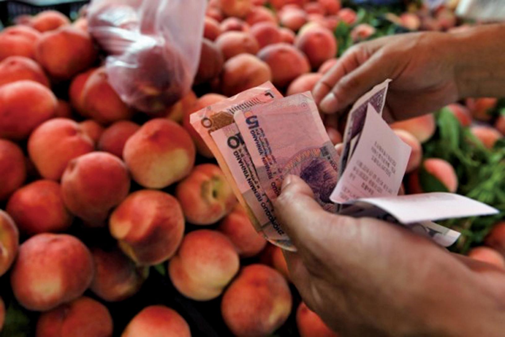 中共統計局日前公佈了10月份CPI,同比連續第2個月小幅上升。圖為北京一水果攤位。(GREG BAKER/AFP/Getty Images)