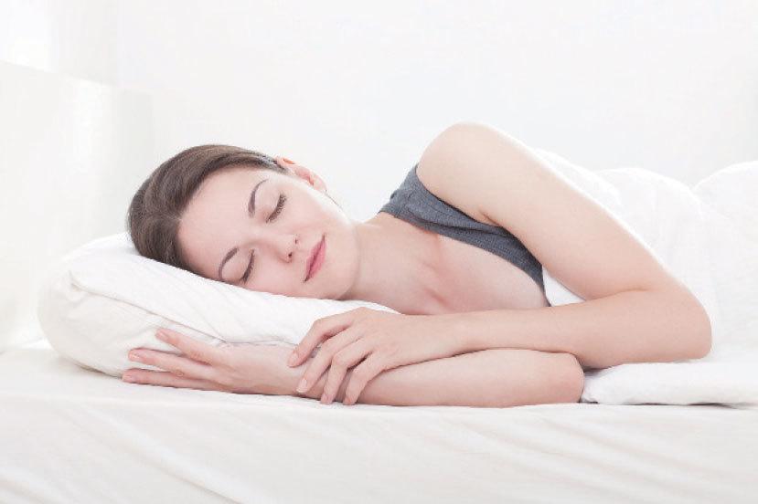 形狀以「前高後低」的枕頭,最有利於頸椎健康。(Fotolia)
