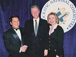 澳門地產商吳立勝曾捲入90年代克林頓政治獻金案,與克林頓夫婦合影引發爭議。(網絡圖片)