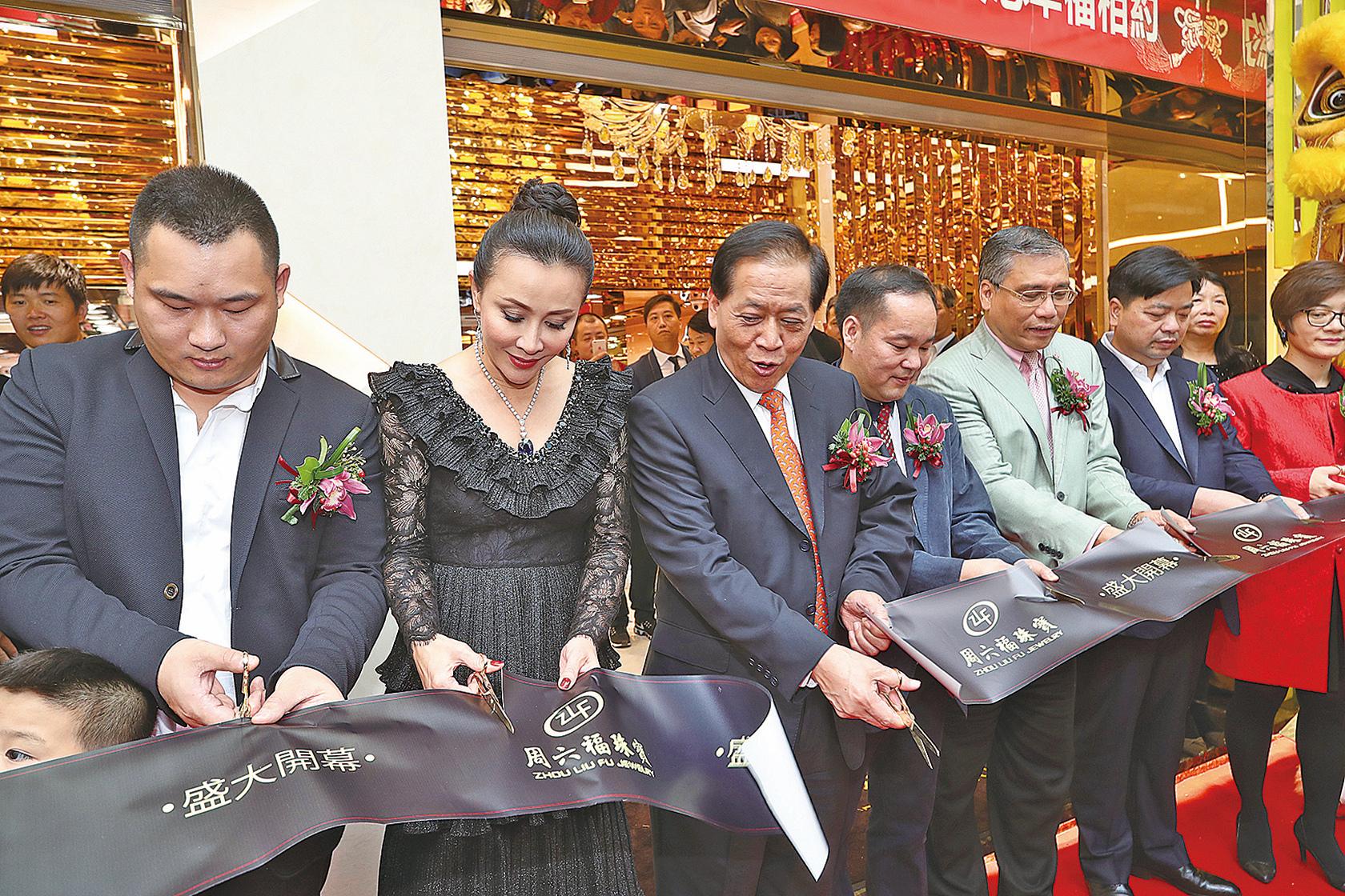 周六福珠寶金行10日正式開業,藝人劉嘉玲(左2)到場做剪綵儀式嘉賓。(余鋼/大紀元)