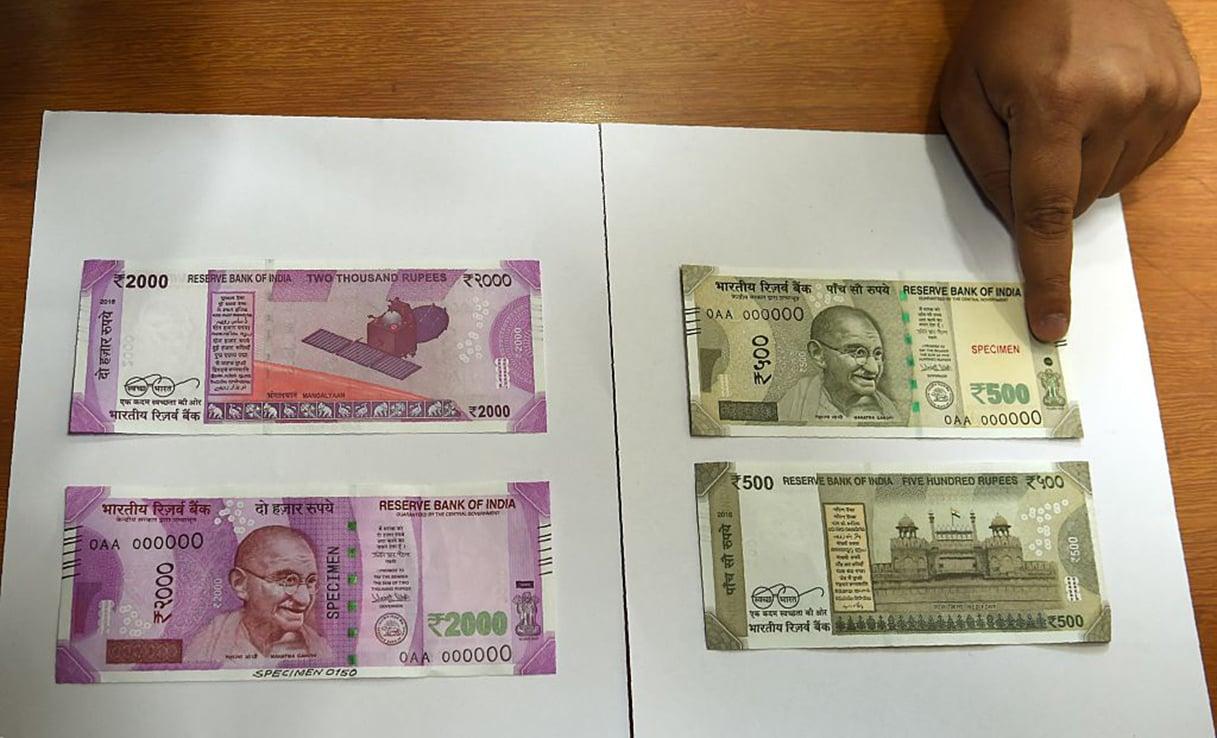 2016年11月9日,孟買的印度儲備銀行(RBI)總部展示,新的500和2,000印度盧比鈔票的樣本。 (AFP)