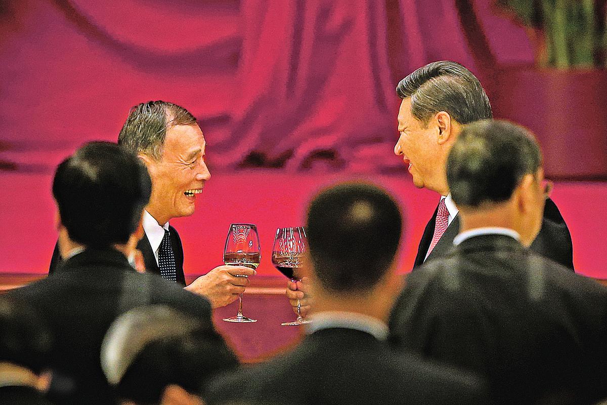 2013年9月30日,習近平(右)和中紀委書記王岐山共同出席晚宴。(Getty Images)