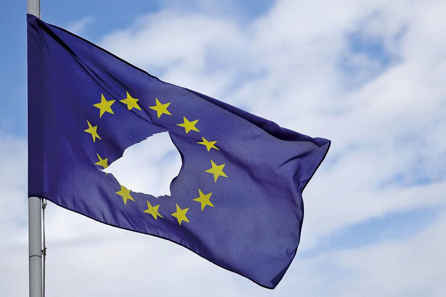 2016年6月24日,英國脫歐公投之後,英國柴郡諾世佛(Knutsford Cheshire)飄揚的歐盟旗幟被挖了一個洞。(Getty Images)