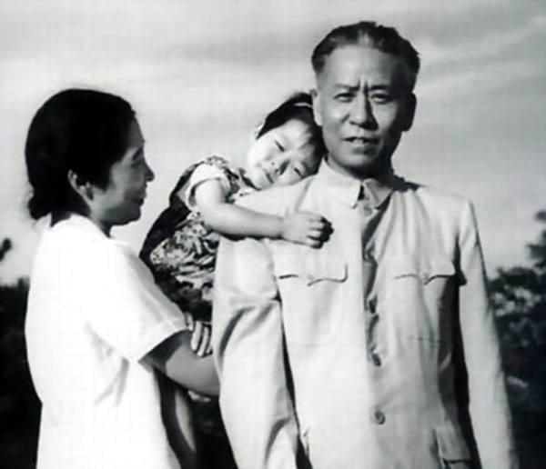 有博文披露,周恩來因與劉少奇(右)有宿怨,「文革」中助毛澤東打倒劉少奇。劉少奇被打倒後,周恩來主張斬草除根,槍決劉少奇。(網絡圖片)