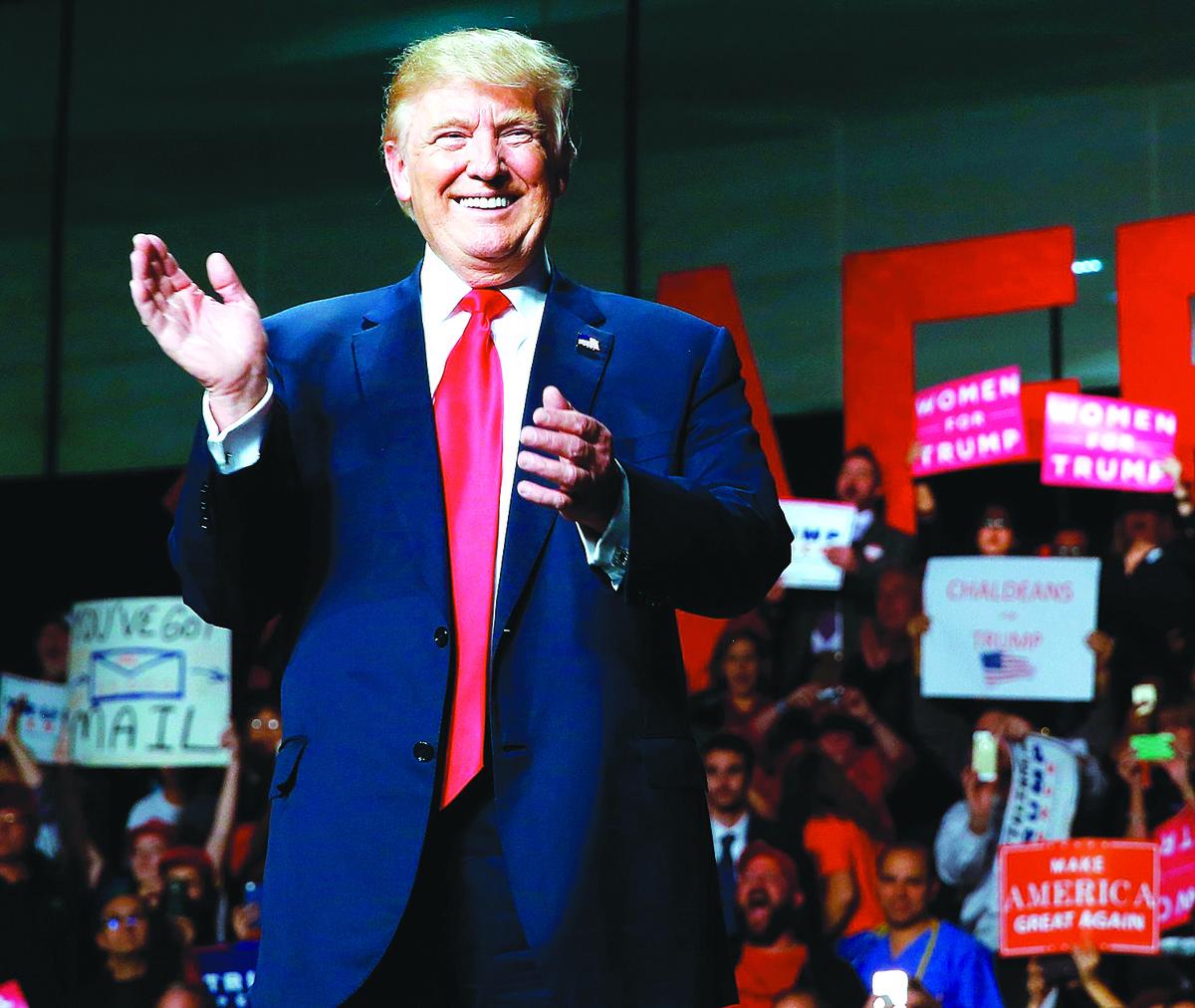 特朗普在其他群體中也有很高支持度,他不敬女性的言論曝光後,競選集會上仍然常常擠滿「女性支持特朗普(Women for Trump)」的牌子。(AFP)