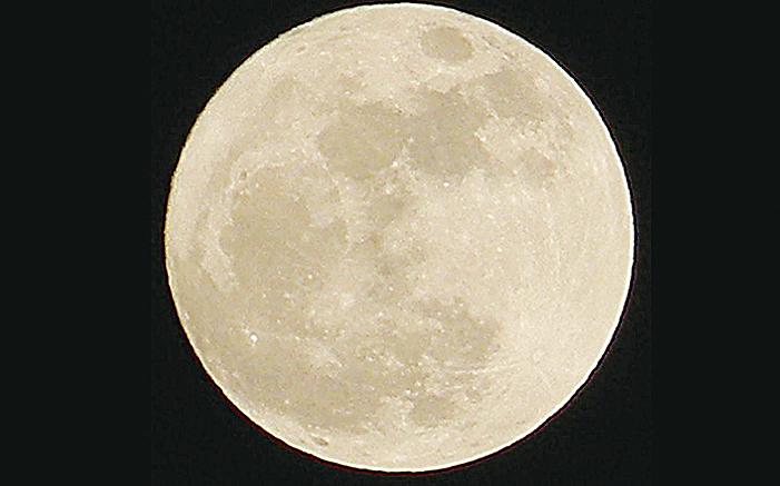 2016年有好幾個月都有「超級月亮」出現,但這次尤其「大」。圖為2011年出現的超級月亮。(維基百科)