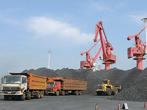 圖為2015年8月5日連雲港碼頭卸煤的場景。(Getty Images)