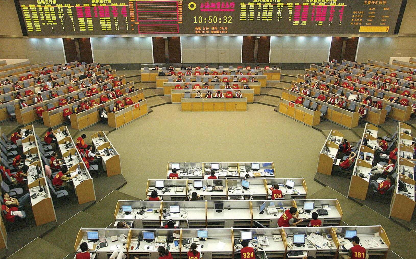 圖為2004年8月26日上海期貨交易所內的一景。(Getty Images)