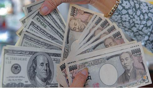 受1月份美國ISM服務業指數下滑影響,美元指數3日下跌1.43%至96.89,創去年11月以來新低;美元對日圓則貶值1.8%至117.78。圖為兌換店中的美元和日幣。(AFP/Getty Images)