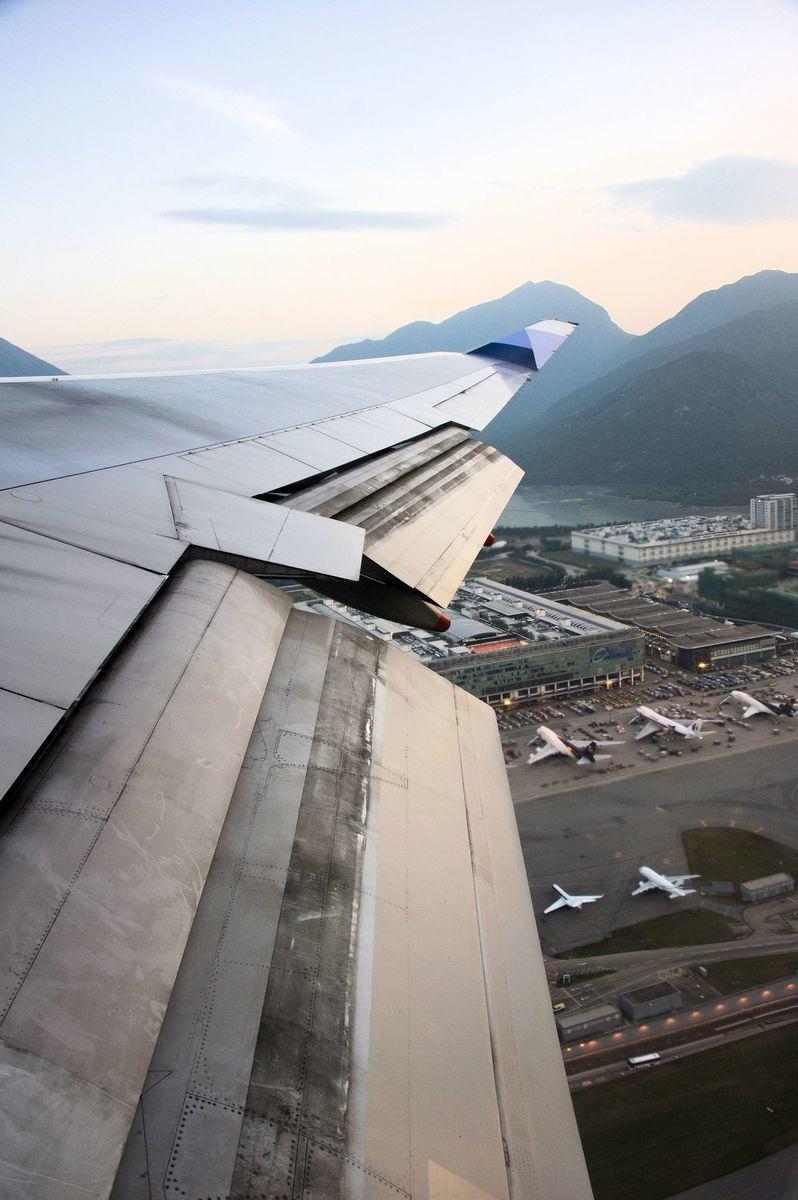 客機飛過香港機場上空。(大紀元資料圖片)