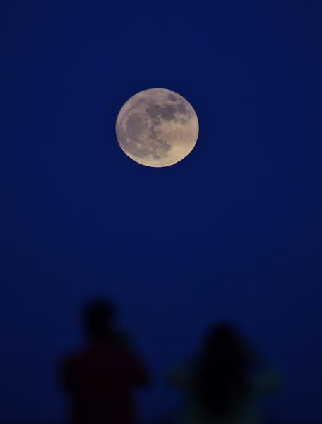 台灣民眾在新北市三貂角觀賞超級月亮。(中央社)