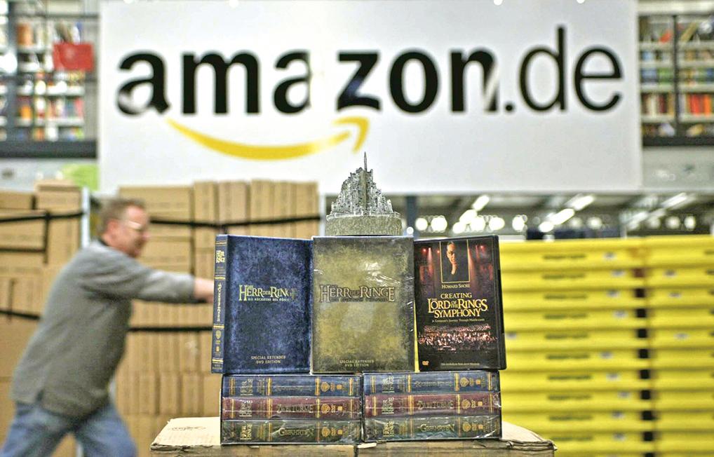 在亞馬遜網站的倉庫優惠區往往能找到可買的非新品而省一筆錢。圖為亞馬遜網站員工在整理庫房。(MARTIN OESER / AFP)