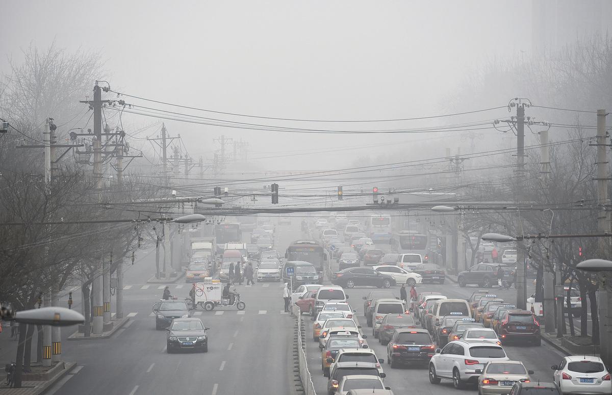 對外,中共都會很「坦誠地」承認自己的落後。圖為被霧霾籠罩的北京街頭。(Getty Images)