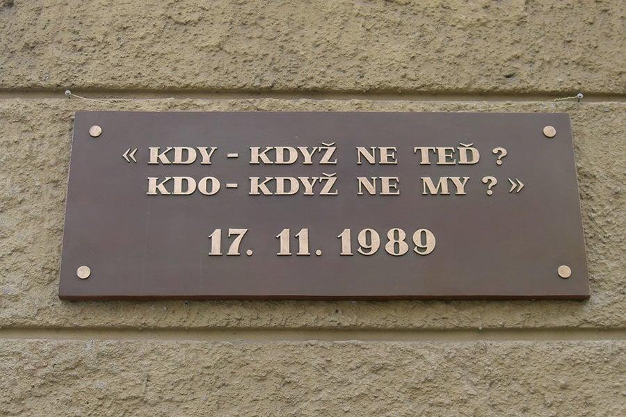 天鵝絨革命開始地方的一塊紀念碑。(維基百科)
