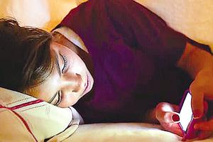 研究表明 睡前用手機影響睡眠