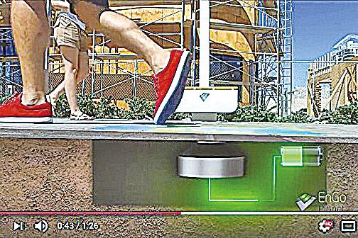 美國初創公司EnGoPlanet研發出由行人腳步的動能和太陽能供電的街燈,可解決貧窮地區缺乏電力的問題。(視頻截圖)
