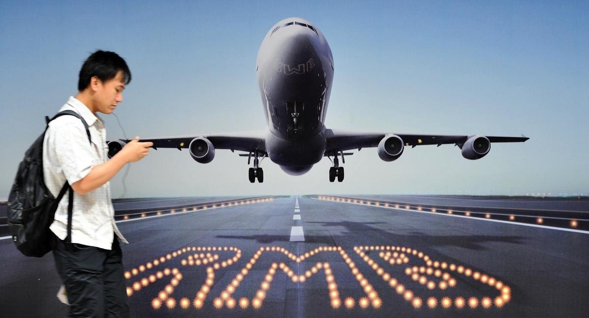 人民幣貶值極限走向何方,引廣泛關注。圖為2011年8月11日一年輕人正從本港一人民幣匯率廣告牌前經過。(Getty Images)