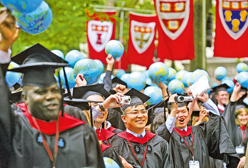 根據《經濟學人》的報道,全球各國的留學生數量達到450萬人,超過任何歷史時期。圖為美國紐約大學畢業典禮。(Getty Images)