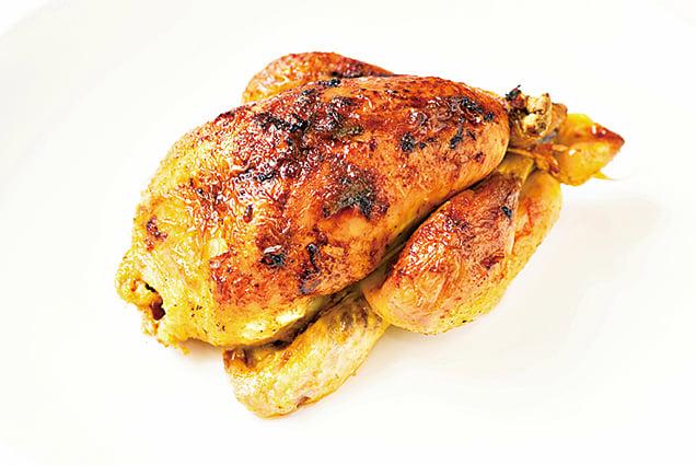 假日在賣場買隻全熟烤雞,回家後可輕鬆變化成多種料理。