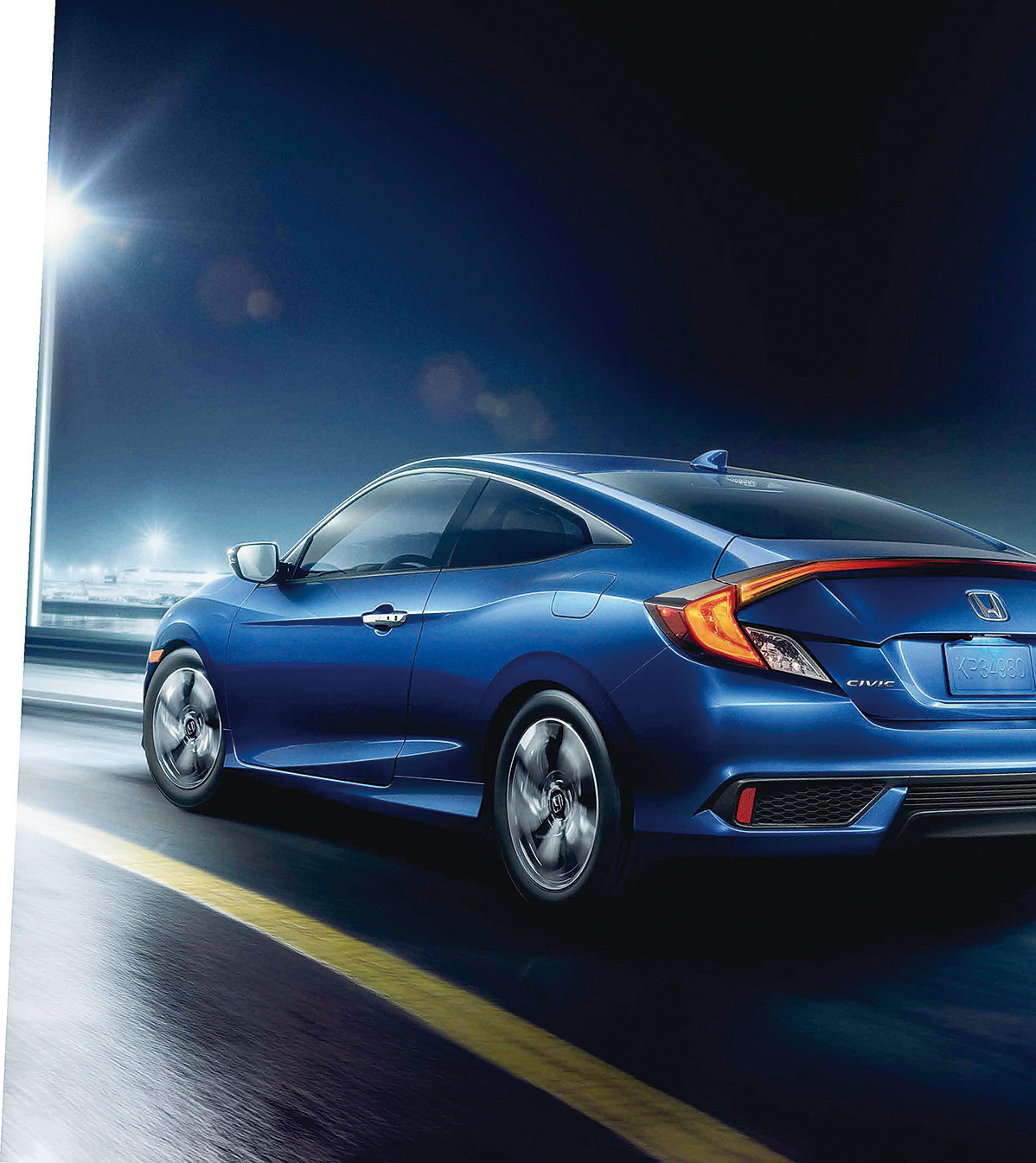 Civic Coupe提供金屬藍,鮮豔的色彩讓人眼前一亮。