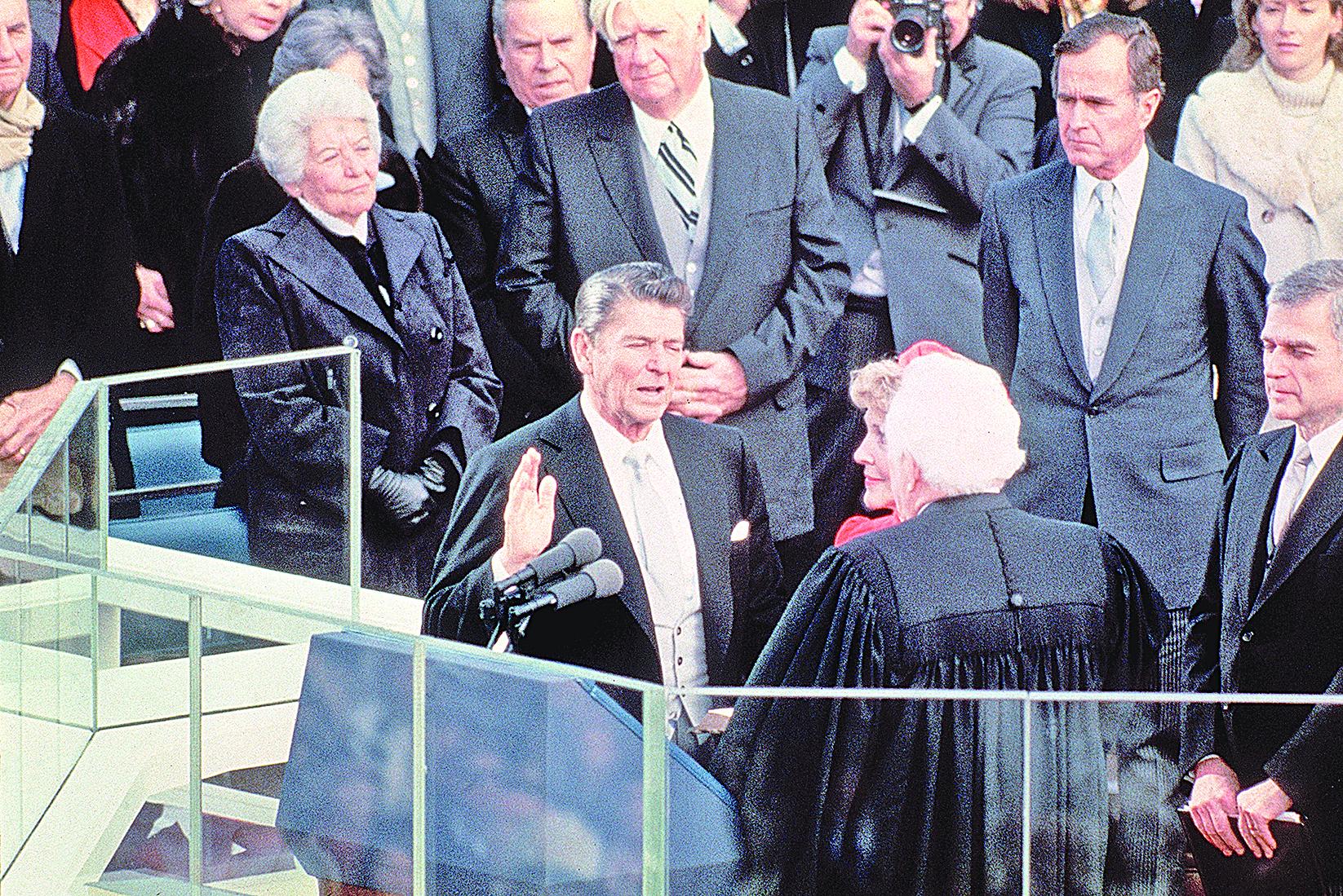 美國媒體把第40任總統列根評選為「二十世紀最偉大的美國總統」,與成功對法西斯宣戰,帶領美國贏得二戰勝利的羅斯福並列。圖為列根在就任美國總統儀式上宣誓。(Getty Images)