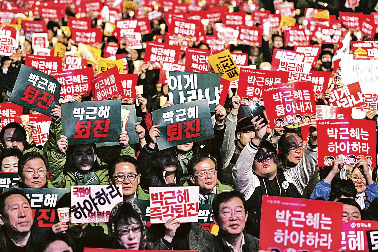 數十萬名南韓民眾19日晚在首爾市中心舉行大規模集會遊行,敦促朴槿惠辭 職。這也是該事件曝光以來,南韓民眾連續四周舉行大規模周末抗議活動。(大 紀元)