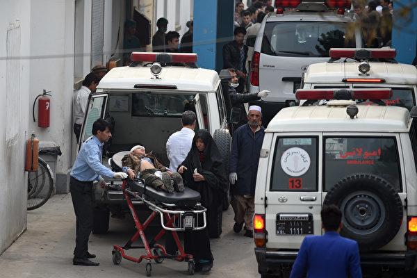 11月21日,喀布爾的一座什葉派清真寺內發生自殺式爆炸,造成至少33人死亡,數十人受傷。(WAKIL KOHSAR/AFP/Getty Images)