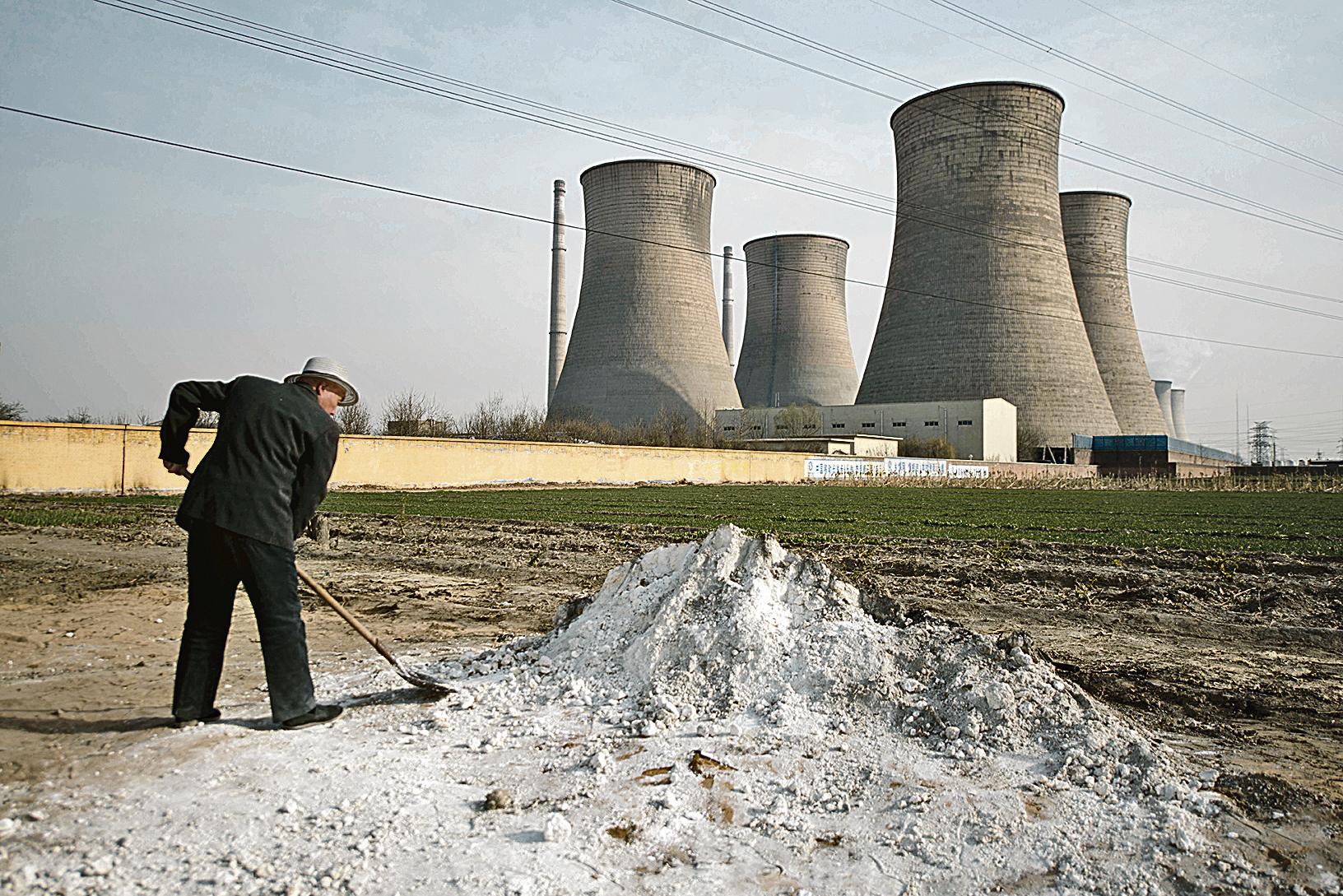 土壤污染不僅牽涉環境污染與生態破壞問題,更導致食品問題危害公眾健康。圖為河北邢台農田邊的化工廠。(AFP)